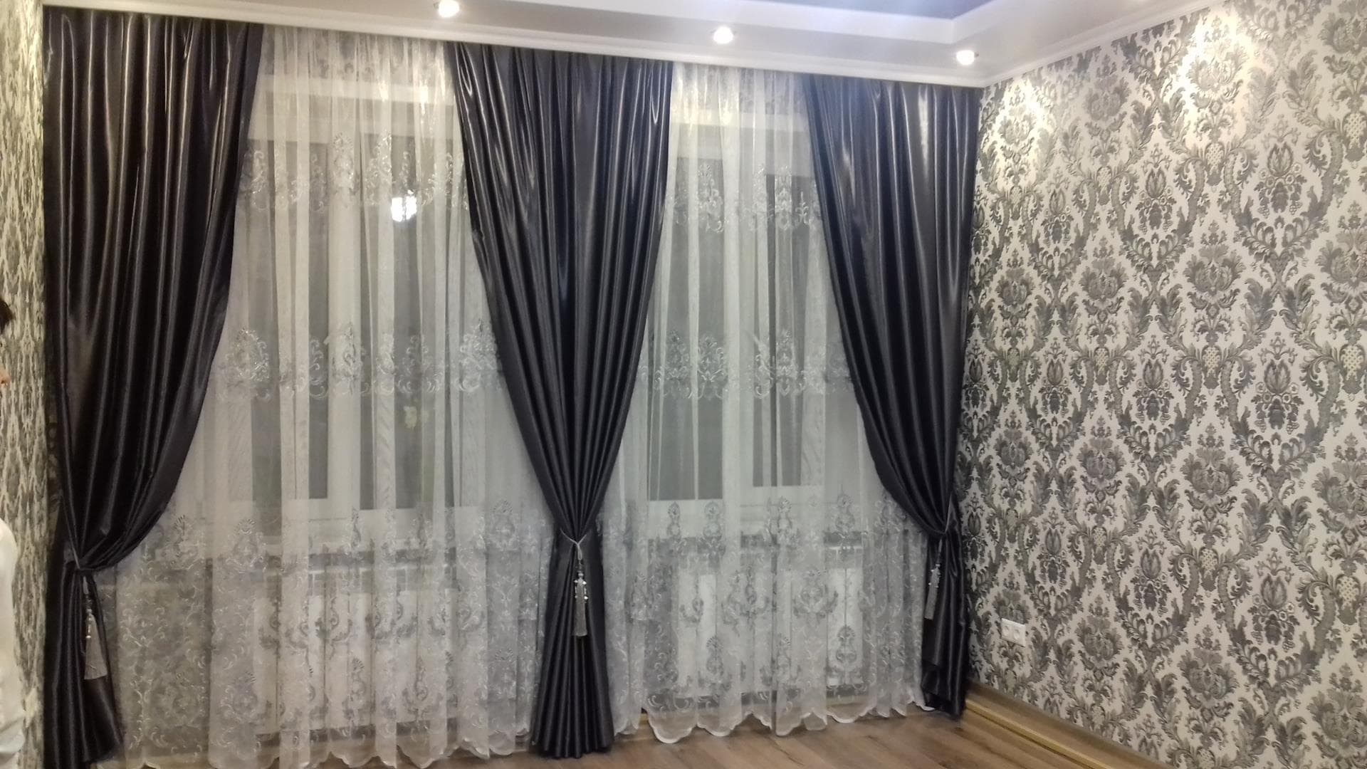 Какие шторы подойдут к обоям с рисунком